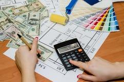 L'espace de travail de l'architecte pendant le travail avec les échantillons techniques de dessin et de couleur, dollar, bloc-not Photos stock
