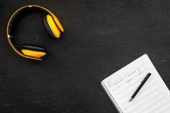 L'espace de travail du compositeur ou le DJ avec des écouteurs et des notes noircissent la maquette de vue supérieure de fond Photo stock