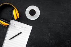 L'espace de travail du compositeur ou le DJ avec des écouteurs et des notes noircissent la maquette de vue supérieure de fond Images stock