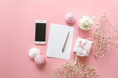 L'espace de travail féminin de bureau dans les couleurs blanches et roses avec le petit s-souffle de ` de bébé fleurit le gypsoph Image libre de droits
