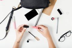 L'espace de travail féminin dans l'appartement étendent le style avec les accessoires femelles Images libres de droits