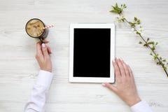 L'espace de travail féminin moderne avec le comprimé et le latte glacent Vue supérieure f Photographie stock libre de droits