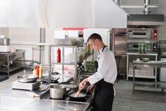 L'espace de travail intérieur de cuisine de restaurant propre rangent Image stock