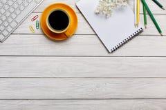 L'espace de travail de Minmal avec la tasse de clavier, de smartphone et de café copient s Image libre de droits