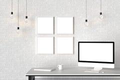 L'espace de travail moderne avec les cadres vides d'isolement sur le mur de briques et est Photos libres de droits