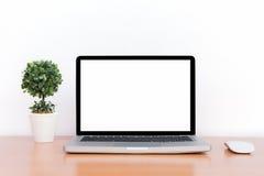 L'espace de travail, l'ordinateur portable et la souris conceptuels ont isolé l'écran vide Photographie stock