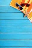 L'espace en bois bleu de copie de plate-forme d'été de fond vertical de plage Photo stock