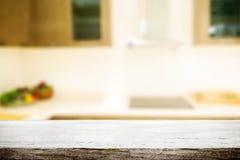 L'espace en bois de bureau et brouillé du fond de cuisine pour le produit d Image libre de droits