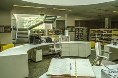 L'espace entre les vols des escaliers, réservés pour la bibliothèque avec des bibliothèques, table ovale pour le devoir chez le C photo libre de droits