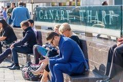 L'espace extérieur à Canary Wharf a emballé avec des personnes appréciant le su Images libres de droits