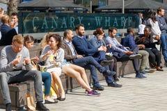 L'espace extérieur à Canary Wharf a emballé avec des personnes buvant et mangeant Images libres de droits