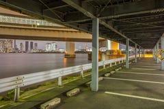 L'espace extérieur de parkig de voiture à la nuit Image stock