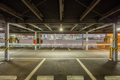 L'espace extérieur de parkig de voiture à la nuit Photographie stock
