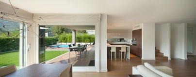 L'espace intérieur et grand ouvert à la maison de luxe Image libre de droits