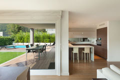 L'espace intérieur et grand ouvert à la maison de luxe Photos libres de droits