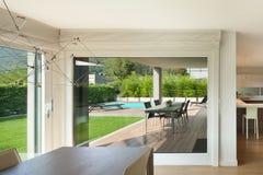 L'espace intérieur et grand ouvert à la maison de luxe Photographie stock libre de droits