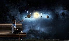 L'espace l'explorant de garçon images stock