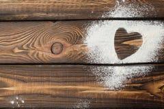 L'espace libre de coeur Coeur fait de farine sur un fond en bois images stock