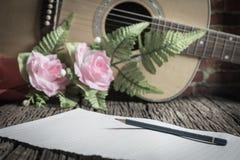 L'espace libre de papier sur en bois avec la guitare acoustique Images libres de droits