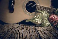 L'espace libre en bois avec la guitare acoustique Photo stock