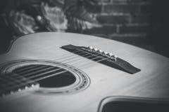 L'espace libre en bois avec la guitare acoustique Photos libres de droits