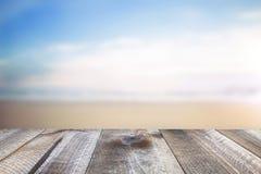 L'espace libre en bois sur la table et la mer d'été aménagent en parc Image libre de droits