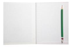 L'espace libre et le vert de livre de livre blanc crayonnent Photos stock