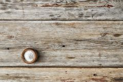 L'espace libre pour le texte Sel de cuisine dans un dispositif trembleur de sel sur une table en bois, Image stock