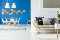 L'espace ouvert bleu avec le sofa Images libres de droits