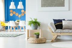 L'espace ouvert confortable avec le sofa Images libres de droits