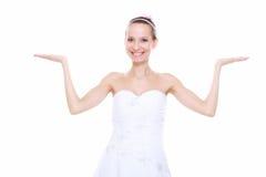 L'espace ouvert de copie de main d'apparence de jeune mariée de femme pour le produit Photos stock
