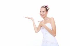L'espace ouvert de copie de main d'apparence de jeune mariée de femme pour le produit Images stock