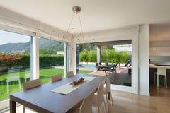 L'espace ouvert de la maison de luxe, table de salle à manger Photos stock