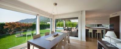 L'espace ouvert de la maison de luxe, table de salle à manger Photographie stock libre de droits