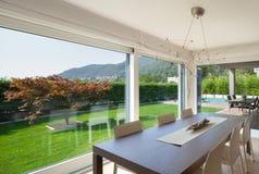 L'espace ouvert de la maison de luxe, table de salle à manger Image stock