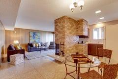 L'espace ouvert de sous-sol Salon avec diner et cuisine AR Photographie stock libre de droits