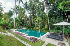 L'espace piscine extérieur de la villa de luxe de Bali Photo stock