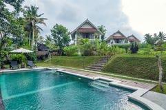 L'espace piscine extérieur de la villa de luxe de Bali Photos libres de droits