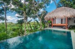 L'espace piscine extérieur de la villa de luxe de Bali Image libre de droits