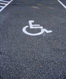 L'espace pour le véhicule de l'handicap dans le parking Images libres de droits