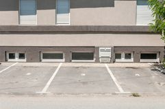L'espace privé de parking pour des voitures avec la réservation numérote devant le bâtiment résidentiel dans la ville images libres de droits