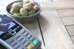 L'espace sans contact de copie de fond de pdq de carte de paiement avec la main tenant la carte de crédit pour payer Photos stock