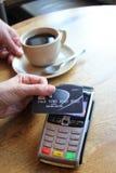 L'espace sans contact de copie de fond de pdq de carte de paiement avec la main tenant la carte de crédit pour payer Photo libre de droits