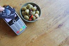 L'espace sans contact de copie de fond de pdq de carte de paiement avec la main tenant la carte de crédit pour payer Image libre de droits