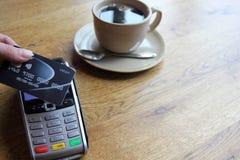 L'espace sans contact de copie de fond de pdq de carte de paiement avec la main tenant la carte de crédit pour payer Photos libres de droits