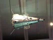 L'espace satellite satellisant la terre sur un soleil d'étoile de fond Éléments de cette image meublés par la NASA photographie stock