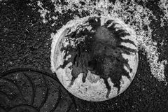 L'espace sous les pieds abstraction urbaine en noir et blanc image libre de droits