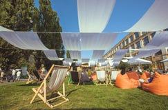 L'espace vert avec des chaises d'ombre et de canapés sur l'herbe en Europe Images libres de droits