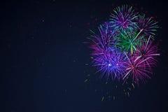 L'espace vert pourpre bleu de copie de feu d'artifice de célébration Images stock