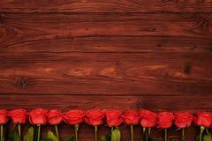 L'espace vide avec la ligne des roses ci-dessous Photos stock